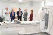 Commissaris van de Koning Arno Brok onder de indruk van duurzame verbouwingsplannen ziekenhuis Nij Smellinghe