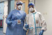 Foto's op beschermende kleding geven zorgmedewerkers een gezicht